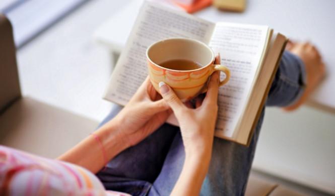 vrouw leest boek thuis